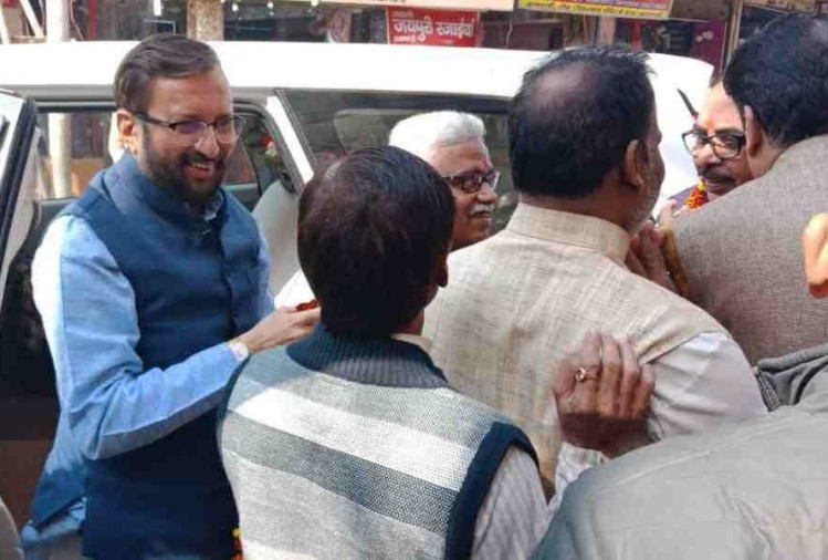 Prakash javadekar do worship at kashi vishwnath temple