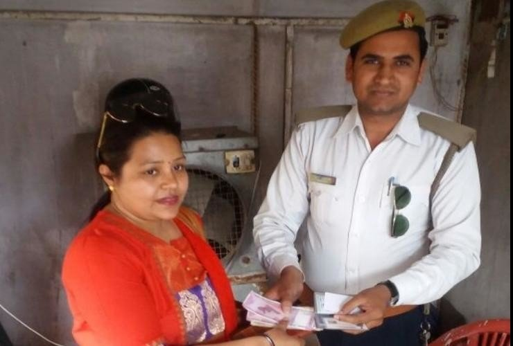 traffic police returned purse to lady