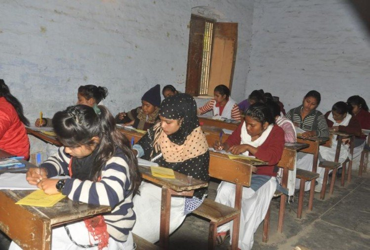 more than two lakh student leave UP  board exam fourth day