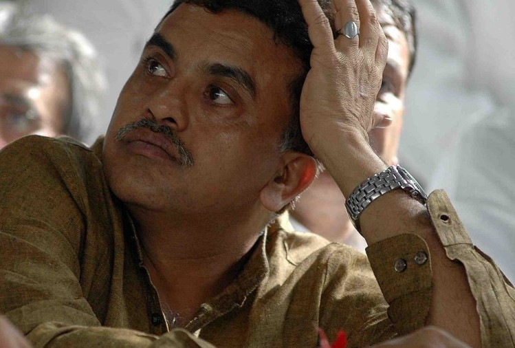 Congress President Sanjay Nirupam detained by police for pakoda protest in Mumbai