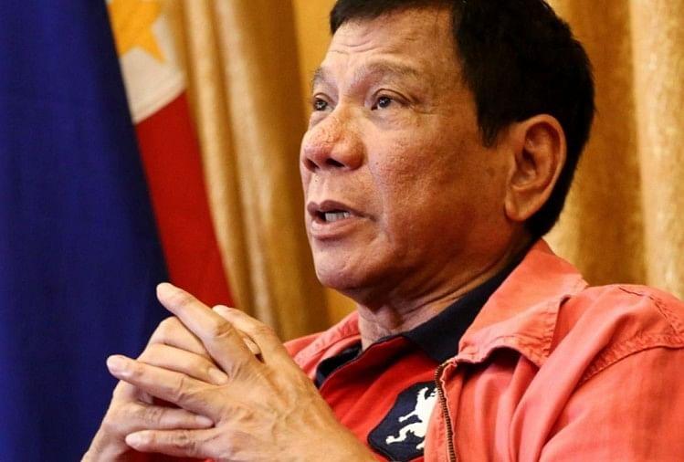 Khaskhabar/फिलीपींस के राष्ट्रपति रोड्रिगो दुतेर्ते अक्सर विवादों में घिरे रहते हैं। इस बार भी उन्होंने कुछ ऐसा कर दिया जिससे उनकी पुरजोर आलोचना की जा रही है। दरअसल, सोशल मीडिया पर एक वीडियो वायरल हुआ है, जिसमें दुतेर्ते को उनके घर
