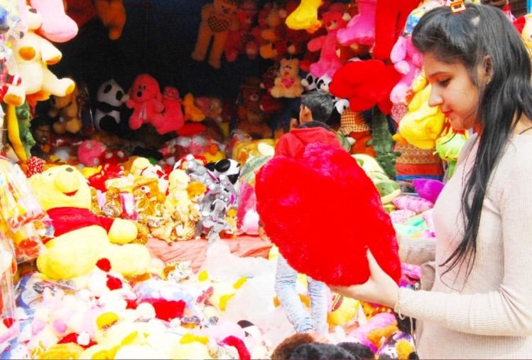 people purchased valentines day gifts from surajkund mela