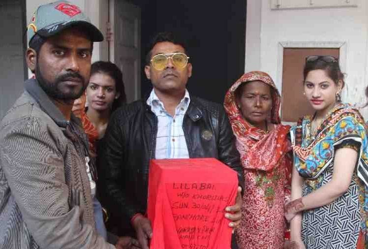 pakistani hindu people visited india to flow ashes in ganga river haridwar
