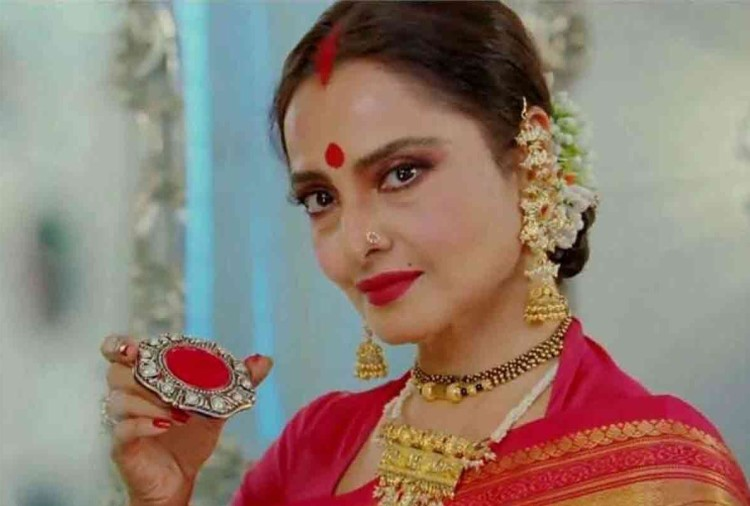 actress rekha donate 3 crore rupees for english medium school in kasarwadi