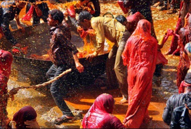 unique celebration holi in Madhya Pradesh