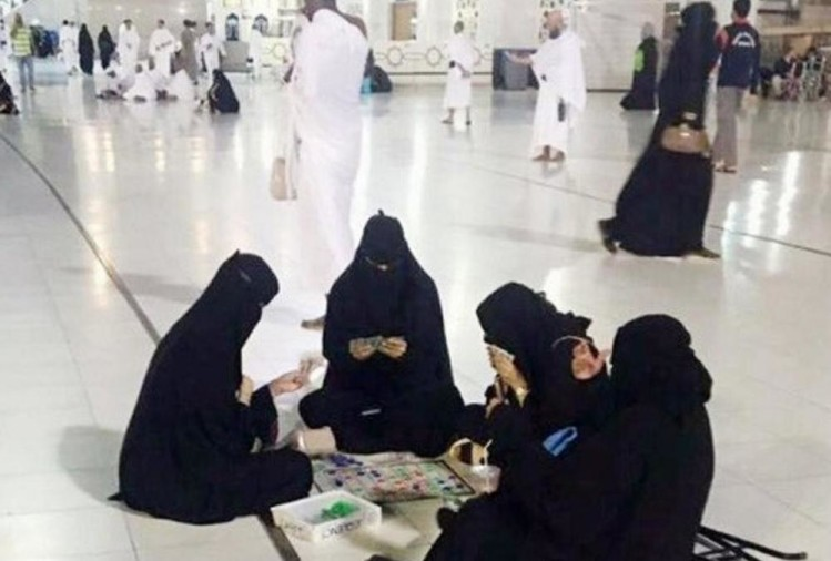 photo of four Burqa-clad women playing a board game in the premises of Meccas holy mosque went viral