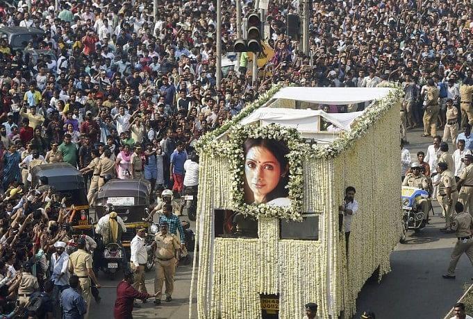 Image result for images of श्मशान में लोगों की भारी भीड़ मौजूद है। भीड़ पर काबू पाने के लिए पुलिस को बल प्रयोग करना पड़ा। पुलिस ने भीड़ पर काबू पाने के लिए लाठियां बरसाईं।