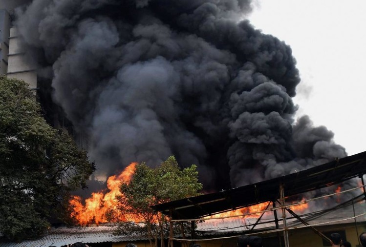massive fire breaks at Mumbai Kalachowki area fire fighters trying to bring the blaze under control