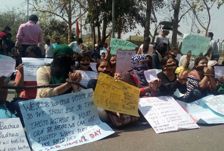 protest against SSC scam on international womens day by students