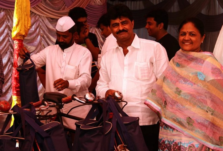 in the fond memory of late son couple provide free food through nimesh tanna charitable trust