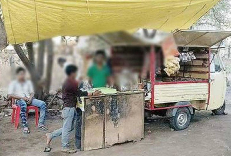 cartmen selling their products on new type of jugad gadi in bilaspur