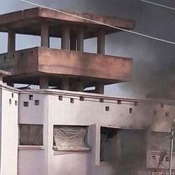 बिहार: पुलिस कस्टडी में कैदी की मौत, आक्रोशित भीड़ ने थाने में लगाई आग