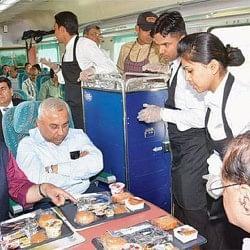 ट्रेन लेट हुई तो मिलेगा मुफ्त खाना व पानी, जानें क्या हैं रेलवे की नई योजनाएं