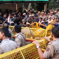 JNU: छात्रों ने जब अपनी मांग को लेकर बोला हल्ला तो पुलिस ने भांज दी लाठियां, छात्र हुए जख्मी
