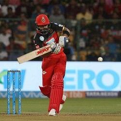 RCBvDD Live: RCB को लगा 'विराट' झटका, कप्तान कोहली 30 रन बनाकर आउट