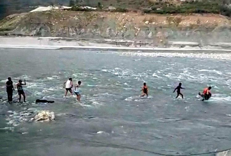 children stuck between bhagirathi river