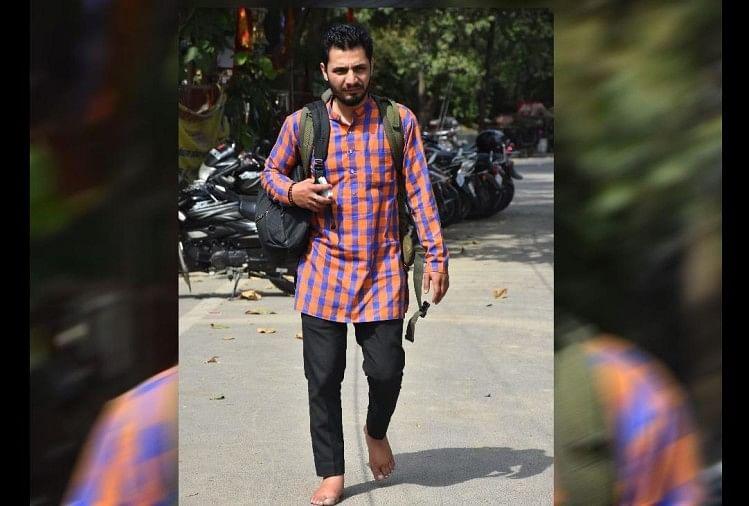 Image result for बच्चे भीख न मांगें, इसलिए छोड़ा जूते-चप्पल पहनना, पढ़िए उत्तराखंड के अजय की अनूठी कहानी