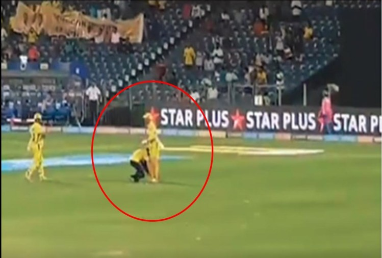 Fan touched Ms Dhoni feet during IPL 2018 match