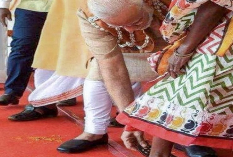prime minister narendra modi bent down and slipped her feet into a pair of sandals