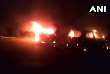 two cars clashed at madhya pradesh vidisha, four people burnt alive and four injured