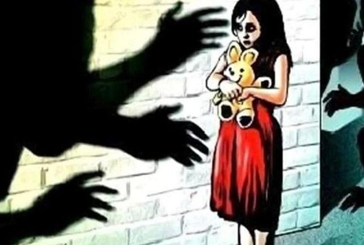 थाना दक्षिण क्षेत्र के एक मोहल्ले में शनिवार सुबह टॉफी दिलाने के बहाने अपने घर ले जाकर साढ़े चार वर्षीय बालिका के साथ एक 15 वर्षीय किशोर ने दुष्कर्म किया।