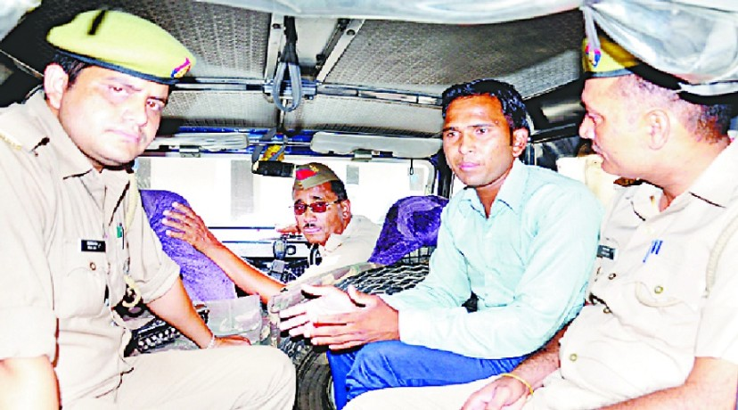 अरेस्ट किए गए युवक को ले जाती पुलिस