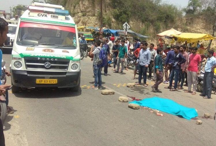Image result for स्कूटी पर सवार सास-बहू के दर्दनाक सड़क हादसा, सड़क पर बिखर गए अंग