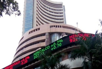 sensex nifty closes in red due to banking sector, gold price comes beneath 35k mark