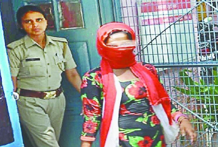 Image result for किन्नरों के पास पहुंची लड़की