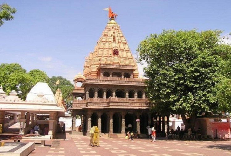 security staff stopped woman to enter into Garbhgrah of Mahakaleshwar temple in Ujjain