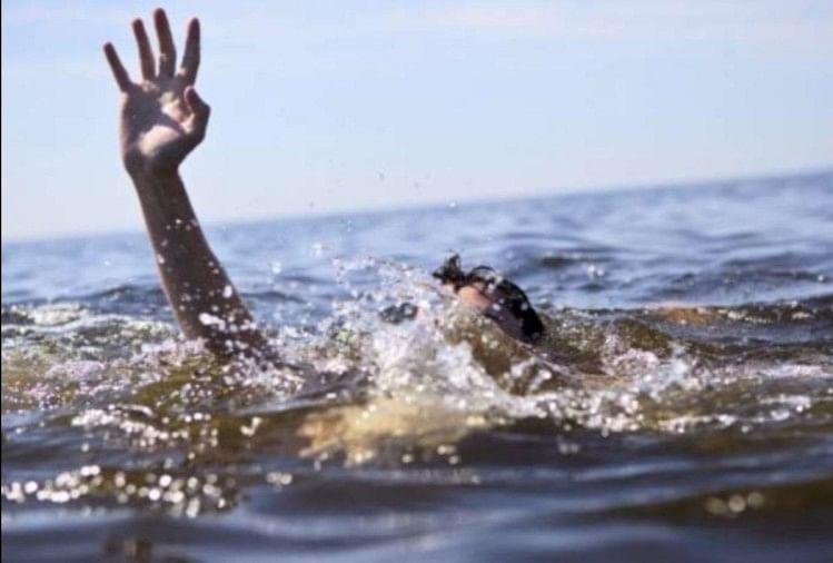 तालाब में डूब रहे बेटे को बचाने के लिए मां ने लगाई छलांग, दोनों की मौत