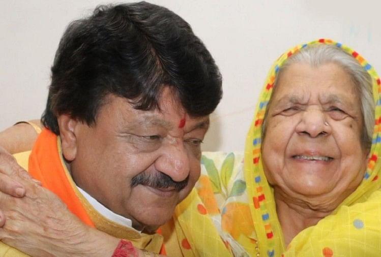 kailash vijayvargiya with mother (File Photo)