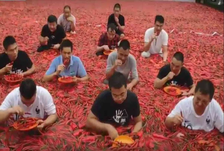 A BOY FROM CHINA EAT 50 RED CHILIS IN 60 IN 1 MINUTE ONLY MAKE RECORD