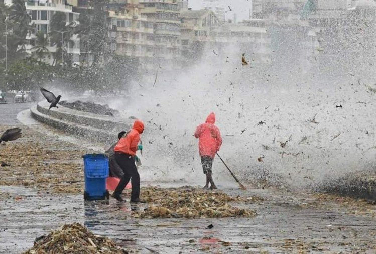 Mumbai: high tide brings garbage from the sea onto marine drive