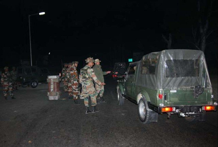 fire broke out in south kashmir militants trapped by security forces