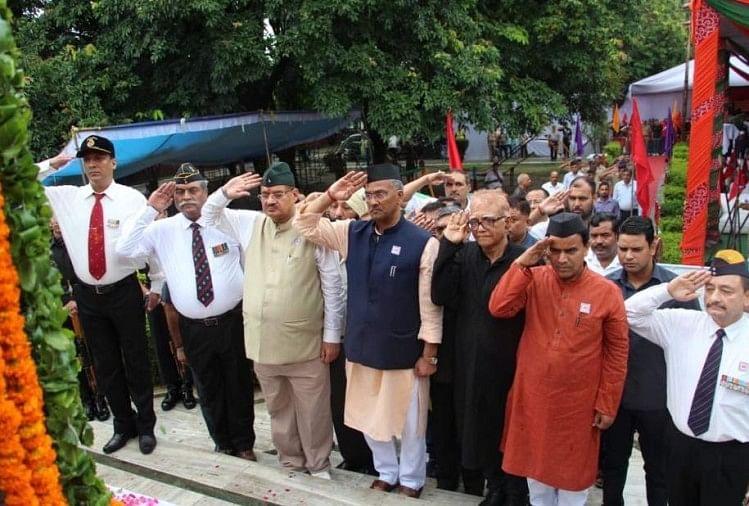 Image result for बारिश भी रोक नहीं पाई देश भक्तों की राह