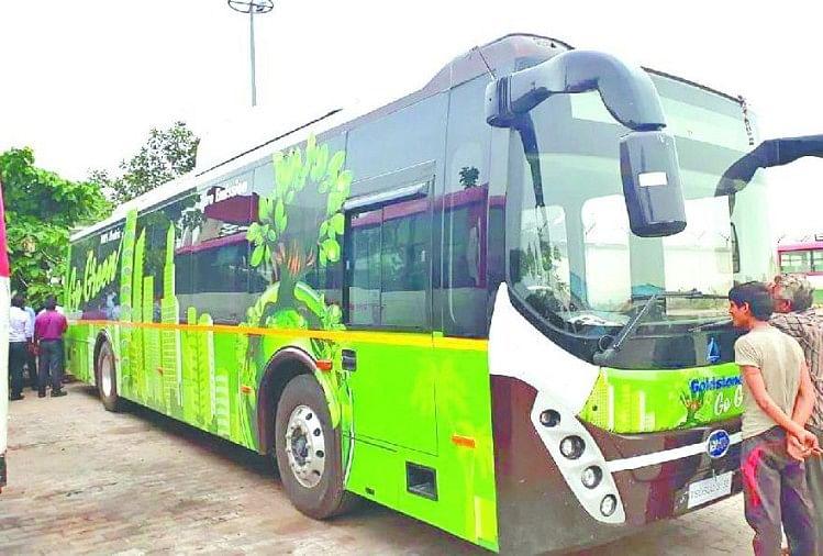 आईएसबीटी आगरा पर खड़ी इलेक्ट्रिक बस