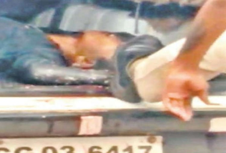 Chhattisgarh: after the road accident police man kicked dead body into the car