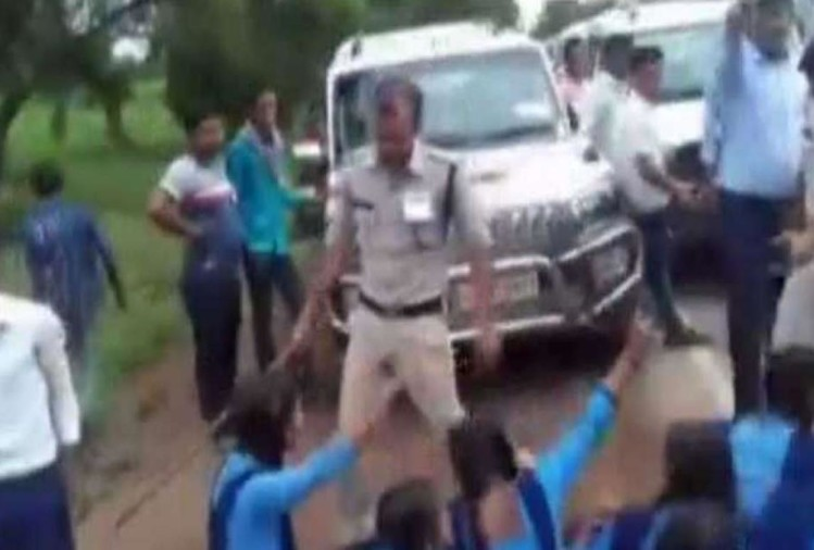 Chhattisgarh: SDM has launched lathi charge on children demanding development from CM