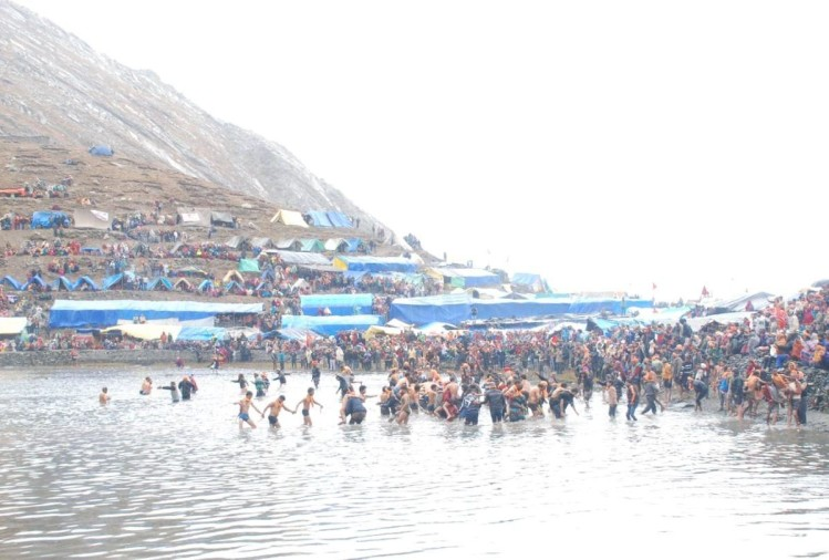 Manimahesh Yatra 2018 Thousands Of Devotees Take A Holy Dip In Dal Lake on radha ashtami