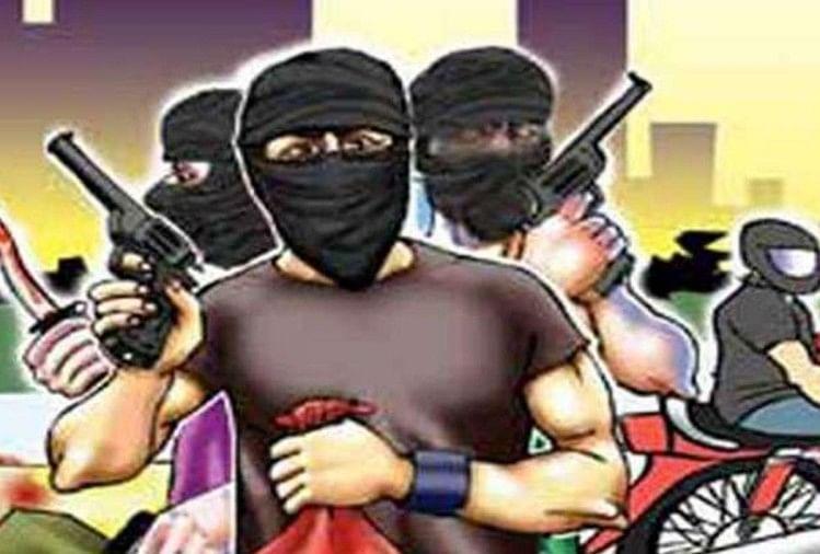 Bikers Loot Four Lakh Rupees Bank Infront Of Bank Crime News - मथुराः  दिनदहाड़े बैंक के बाहर लूट से सनसनी, बाइकसवारों ने लूटा चार लाख रुपयों से  भरा बैग - Amar Ujala