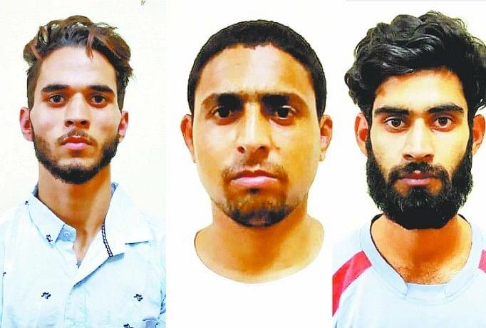 पुलिस हिरासत में तीनों कश्मीरी छात्र