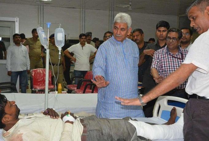 घायलों का हालचाल लेते रेल राज्यमंत्री मनोज सिन्हा