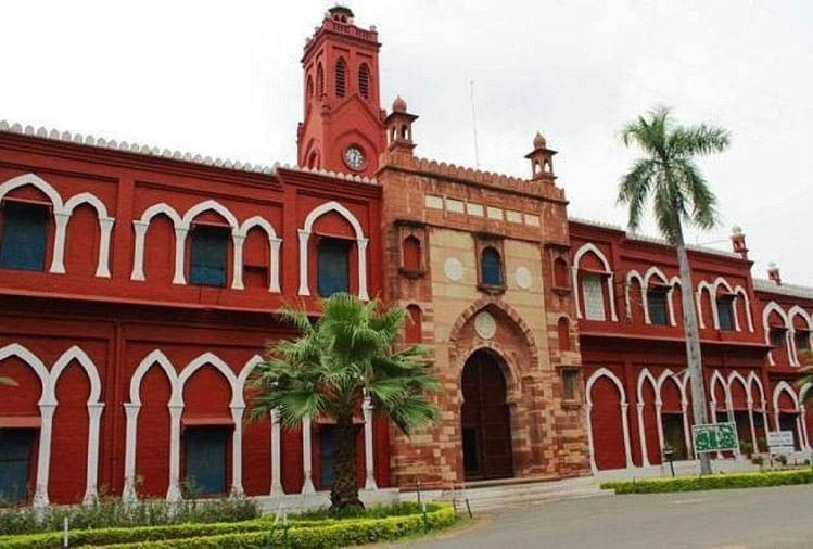 अलीगढ़ मुस्लिम यूनिवर्सिटी (एएमयू) की एक शोध छात्रा ने संस्कृत विभाग के प्रोफेसर की शिकायत राष्ट्रीय महिला आयोग से की है
