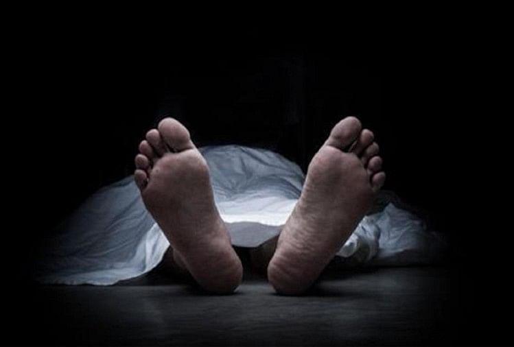 अवैध संबंधों में बाधा बने पति की प्रेमी के साथ मिलकर पत्नी ने हत्या कर दी। धारदार हथियार से कत्ल के बाद शव को धान के खेत में ठिकाने लगा दिया गया।