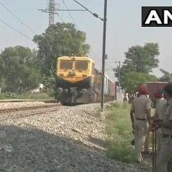 अमृतसर ट्रेन हादसाः जोड़ा फाटक से दौड़ाई गई एक मालगाड़ी, पर लोगों ने किया पथराव, जवान जख्मी