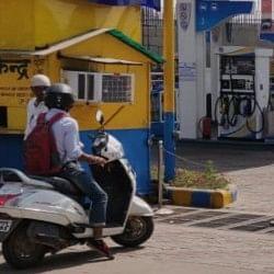 दिल्ली में पेट्रोल पंप बंद, डीटीसी बसों के पहिये थमे, केजरीवाल ने मढ़ा भाजपा पर दोष