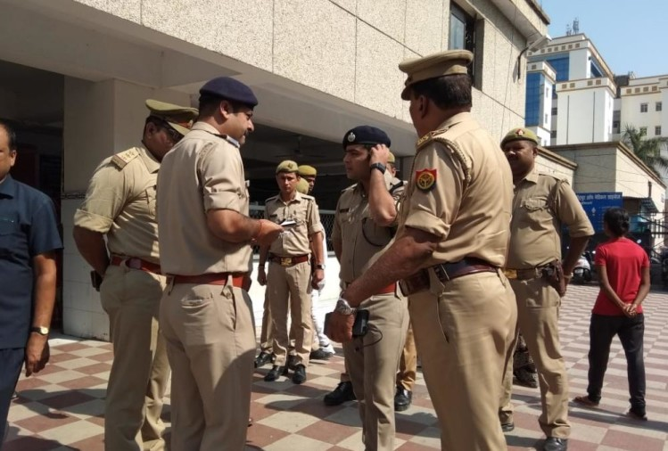 घटनास्थल पर मौजूद पुलिसकर्मी।