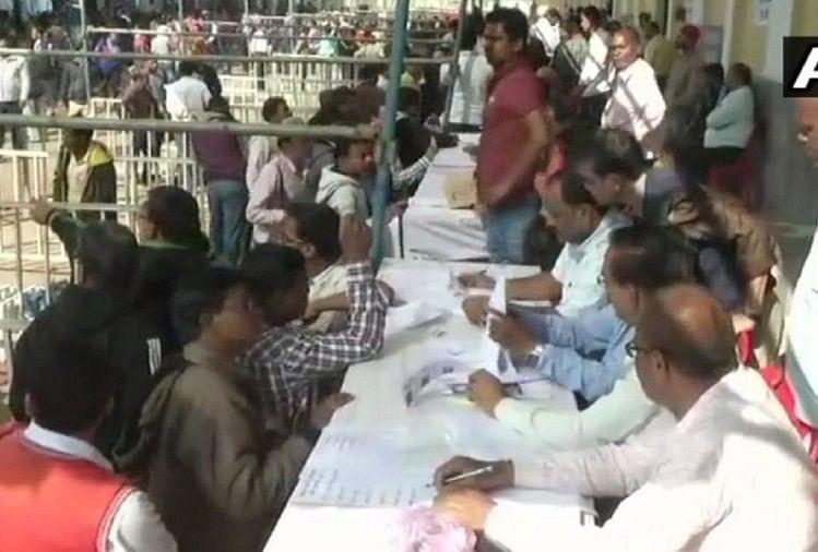 राजनांदगांव में चुनाव की तैयारियों में जुटे चुनावकर्मी