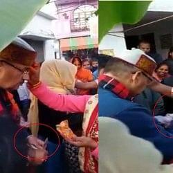 चुनाव से पहले पैसे बांटते हुए दिखे भाजपा नेता, सोशल मीडिया पर वीडियो हुआ वायरल, तस्वीरें देखिए....